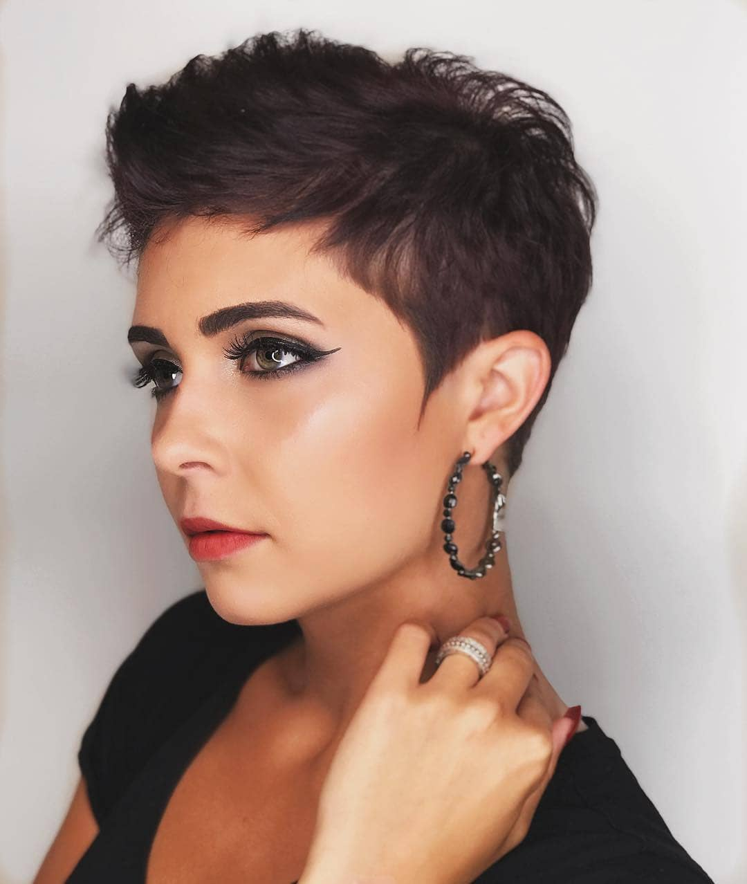 23 Flattering Short Hairstyles For Round Faces Stylesrant